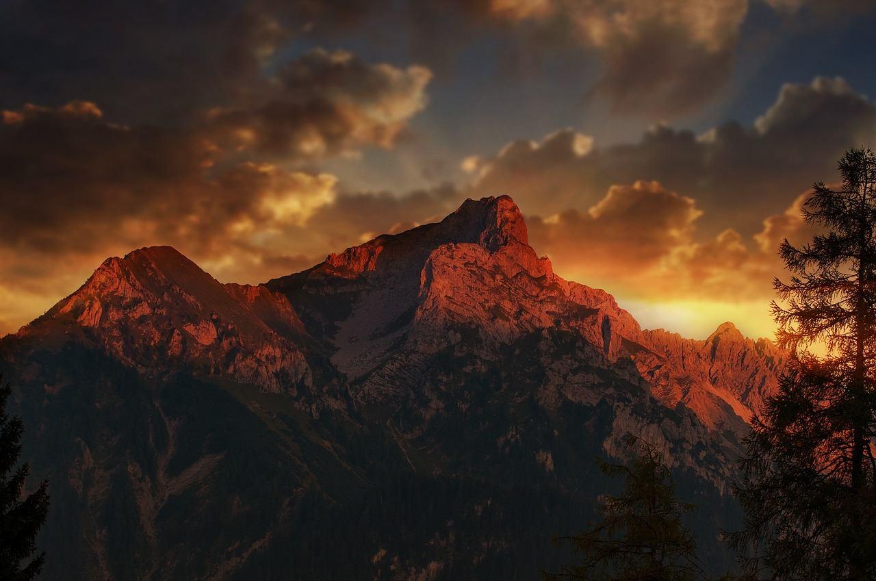 Das Bild des Bergmassivs erinnert an Mittelerde