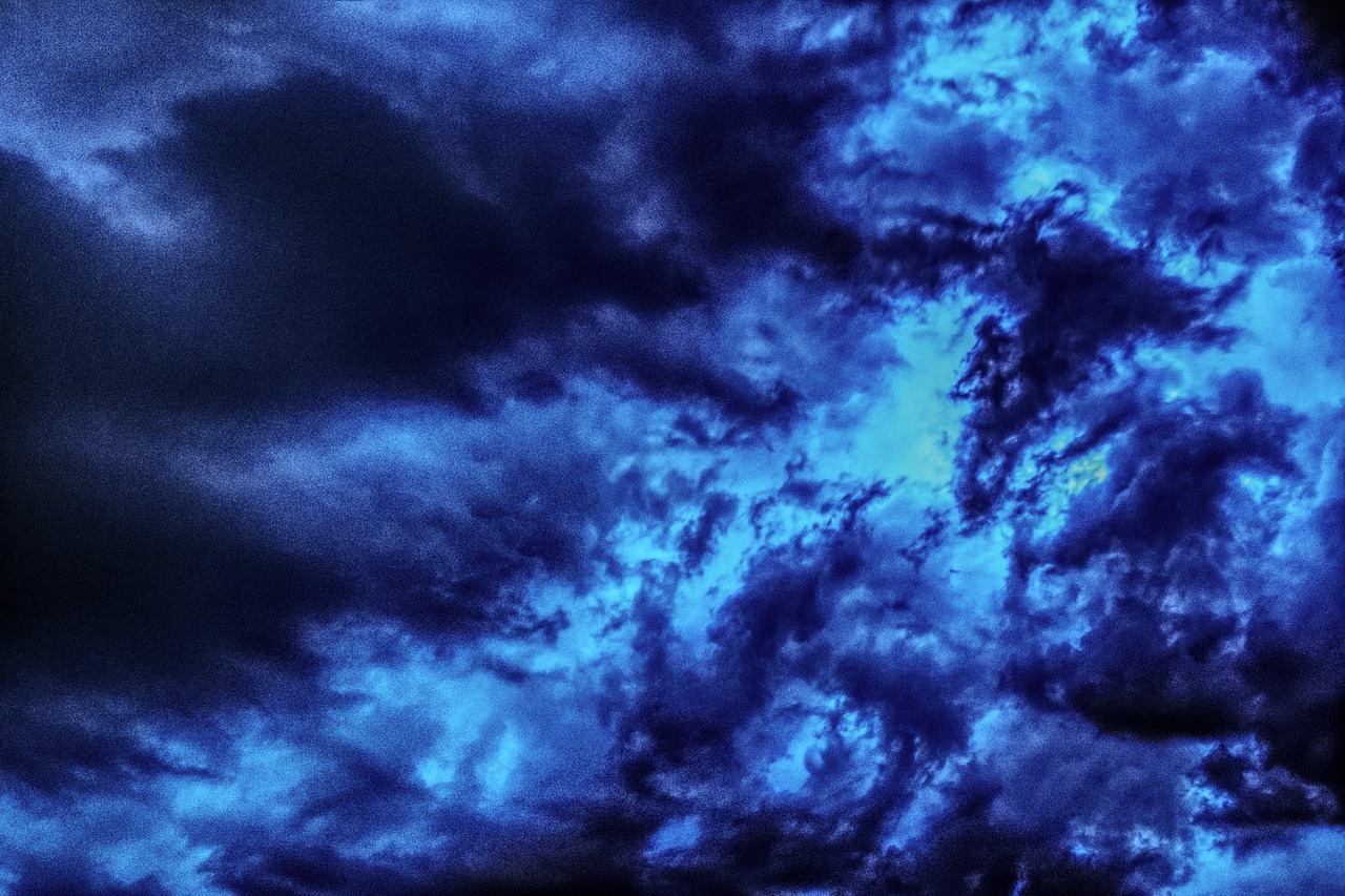 Die Gewitterwolken symbolsieren die heraufziehende Katastrophe
